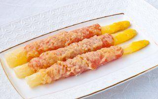 Спаржа, запеченная с беконом и сыром