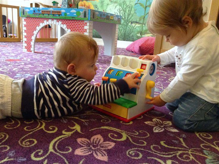 Baby's kunnen al een heleboel. Kassa'tje 'spelen' bijvoorbeeld ;)