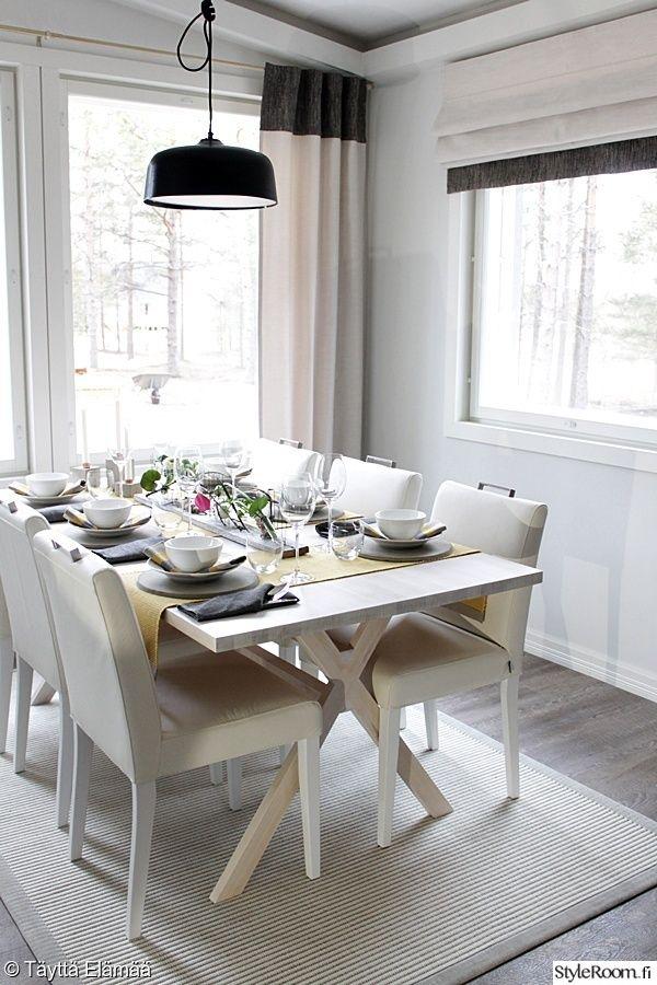 keittiö,ruokailutila,ruokailuryhmä,kattaus,valoisa,avara,vaaleat sävyt,valkoinen,ruokapöytä,ruokatuolit,pöytäliina,suuret ikkunat