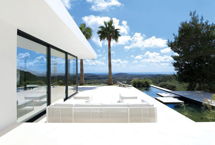 Dass die Nachfrage hoch ist, erstaunt bei solchen Aussichten nicht. Von der Villa aus kann man bis nach Formentera über den Nord-Osten der Insel und das azurblaue Meer hinweg blicken. Ein perfekter Ort für einen Sundowner zu zweit oder mit Freunden und Familie. Das Haupthaus bietet sieben Schlafzimmer, ein weiteres befindet sich in einem Nebengebäude. Die großen Terrassen und der Infinity Pool sind ideal geeignet um im großen Kreis zu feiern oder nur die Ruhe und die Blicke zu genießen. Ein…