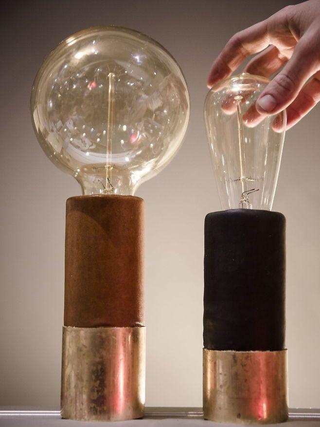 Ingeniør Erica sa opp jobben i oljebransjen for å lage lamper. Her er to gjenbrukslamper hun har laget.   (VG+) Foto: ANNEMOR LARSEN
