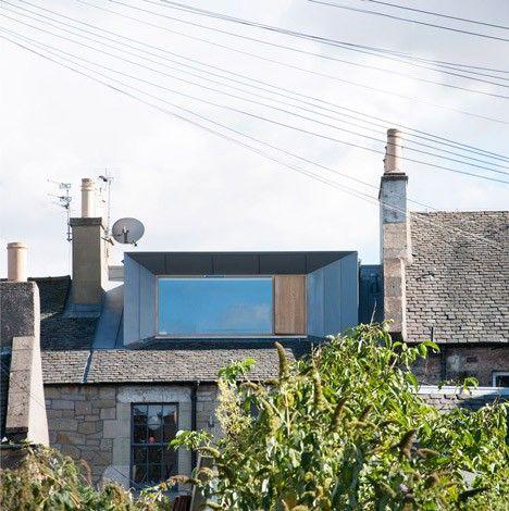 Le studio Konishi Gaffney a construit une large lucarne afin de convertir le grenier d'une maison mitoyenne à Edimbourg en une chambre supplémentaire. Konishi Gaffney est dirigé par l'architecte Kieran Gaffney et le designer Makiko Konishi. La structure en zinc placée sur ce toit à faible pente a permis de doubler la surface utilisable dans le grenier. Le zinc pré-patiné donne une couleur de charbon de bois et se mélange parfaitement avec le toit en ardoise existant.