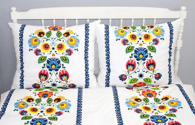 Pościel bawełniana w bardzo charakterystyczny wzór kwiatów łowickich doda sypialni niepowtarzalnego klimatu i świeżości.  Komplet pościeli wykonany jest z pięknej bawełny drukowanej we wzór...