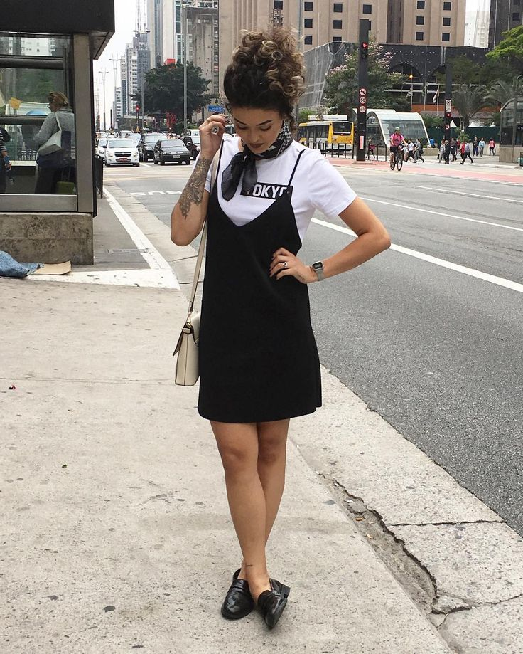 As broguêra de moda tudo tão usando esse look camiseta por baixo vestido por cima  | look inteiro @zara