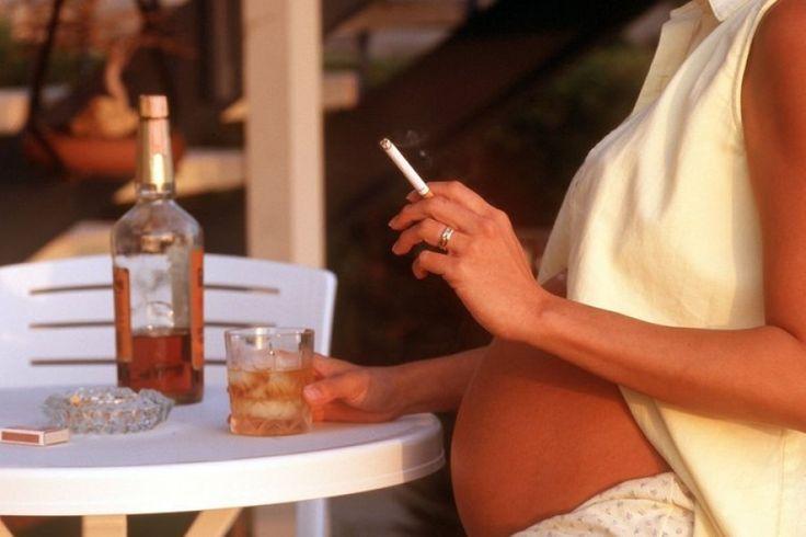 Jede fünfte Schwangere raucht bis zur Geburt: Rauchende Schwangere sind meist jung und schulisch weniger gebildet. Vier Fünftel aller besser gebildeten Frauen verzichteten während der Schwangerschaft dagegen aufs Rauchen – mit gutem Grund: Das Risiko für die Babys wird in Deutschland unterschätzt.