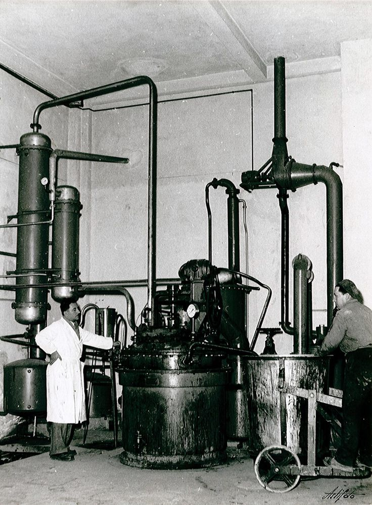 Oil and varnishes unit in the '60s #oils #colors #varnishes #production #paints #lab #vintage