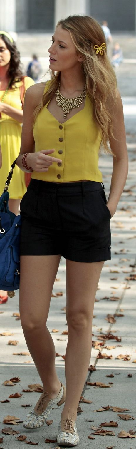 Shorts preto + regata amarela + oxford