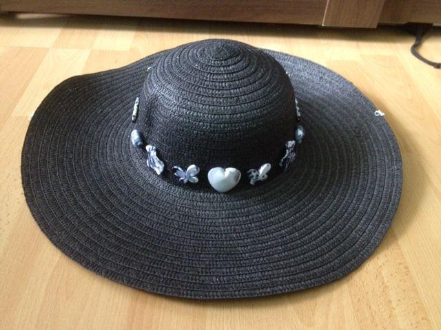 Zwarte grote zomerhoed opgeleukt met kralen. De hoed kan op twee manieren gedragen worden, namelijk ook als een soort 'Cowboyhoed'. Ik maak deze tweede mogelijkheid alleen als de klant hierom vraagt. De hoeden worden, in verband met de seizoensgebondenheid, gemaakt op vraag van de klant. Neem altijd even contact op via info@blissia.nl voor de beschikbaarheid van de verschillende soorten en kleuren. Helaas geldt altijd: op = op! www.blissia.nl
