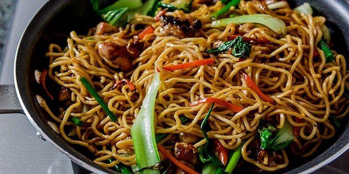 vinjournalen.se -  Vin & Mat : Passar det med vin till asiatisk mat? Javisst!    Visst älskar vi alla en kryddad, wokad Chow Mein? Det är inte bara gott utan går jättesnabbt att göra. Har du väl strimlat grönsaker och kyckling, så tar det bara några minuter. Här får du världens enklaste recept på en Chow Mein och du kan även titta på en film med Jamie Oliver och se hur hanl... http://wp.me/p73gTR-3iD