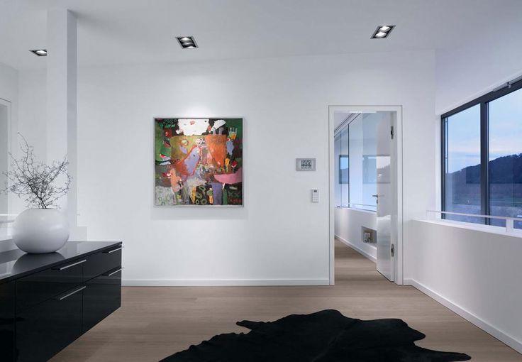 Vielseitig monochrom: Modernes, geometrisches Haus wurde mit schwarzen und weißen Farbtönen übersät