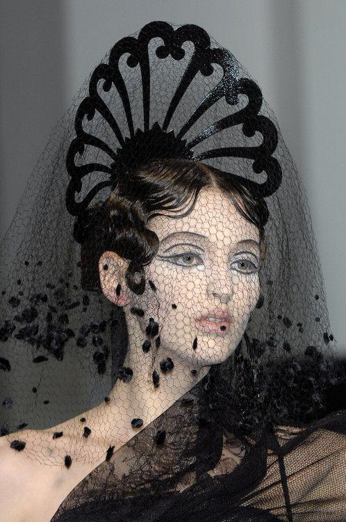 Jean Paul Gaultier : Voile à la mode de Séville modernisé