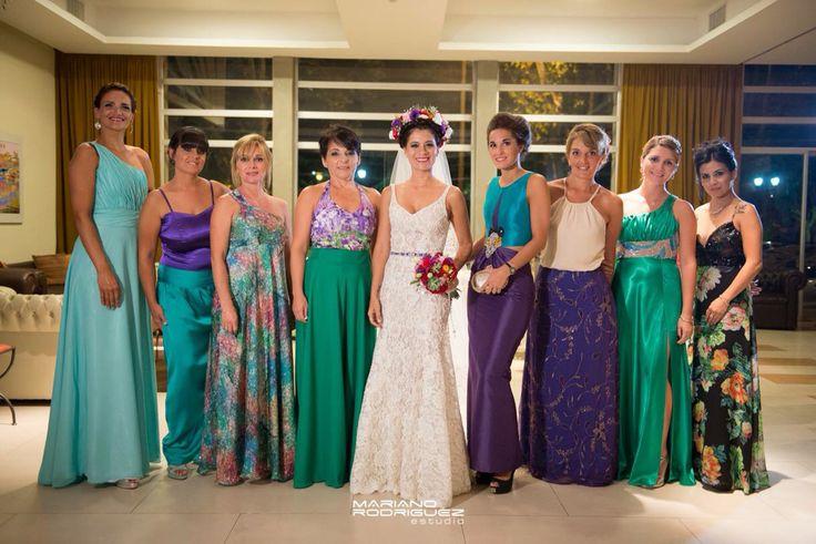 Damas de honor en violeta y verde . Vestido de novia by Marisa Campanella