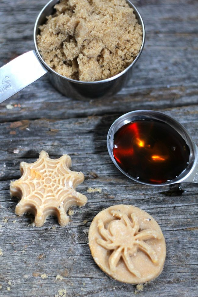 Scrub da doccia con: 60 g di olio di cocco, 200 g di zucchero di canna demerara, 1 cucchiaio di sciroppo d'acero, 1 saponetta neutra finemente grattugiata, 5 gocce di olio essenziale di cannella, 5 gocce di olio essenziale di arancio dolce. Sciogliete a bagnomaria l'olio e il sapone. Aggiungete gli altri ingredienti e mescolate bene. Versate la miscela in uno stampo e lasciate raffreddare per una notte.