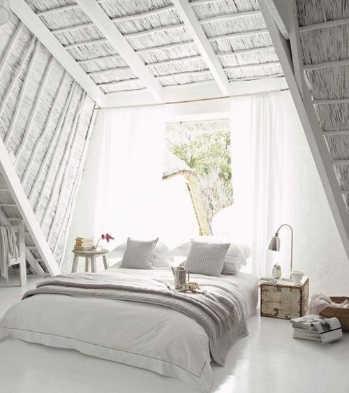 Veel licht in de slaapkamer dankzij het grote raam aan het hoofdeinde