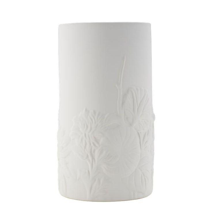 Vasen Vintage skiller seg fra klassiske hvite vaser med den blomstrede dekoren på utsiden, som gjør den til en dekorasjon i seg selv.