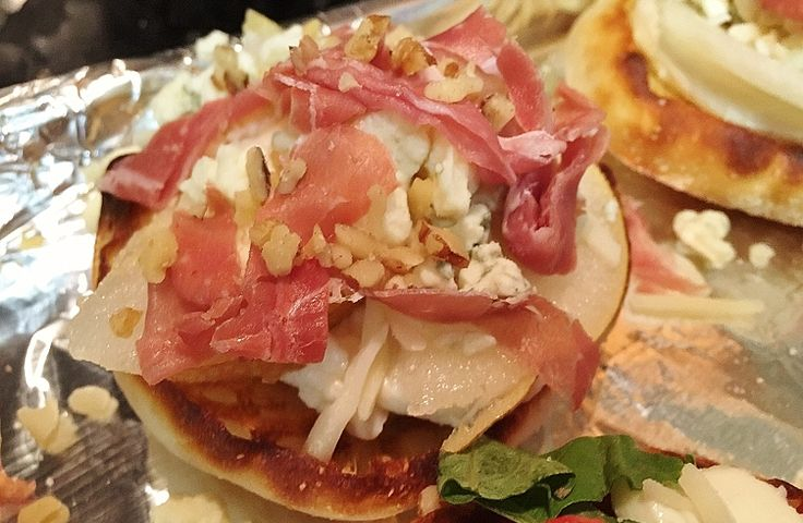 """""""The Hipster"""" English Muffin pizza recipe ~ Gorgonzola, prosciutto, and  pears...oh my!   - Chef Perry  joinmykitchen.com"""