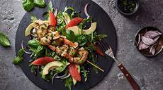 Krevetové špízy s avokádovo-grapefruitovým šalátom