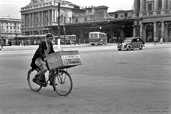 Strillone davanti alla stazione termini 1930