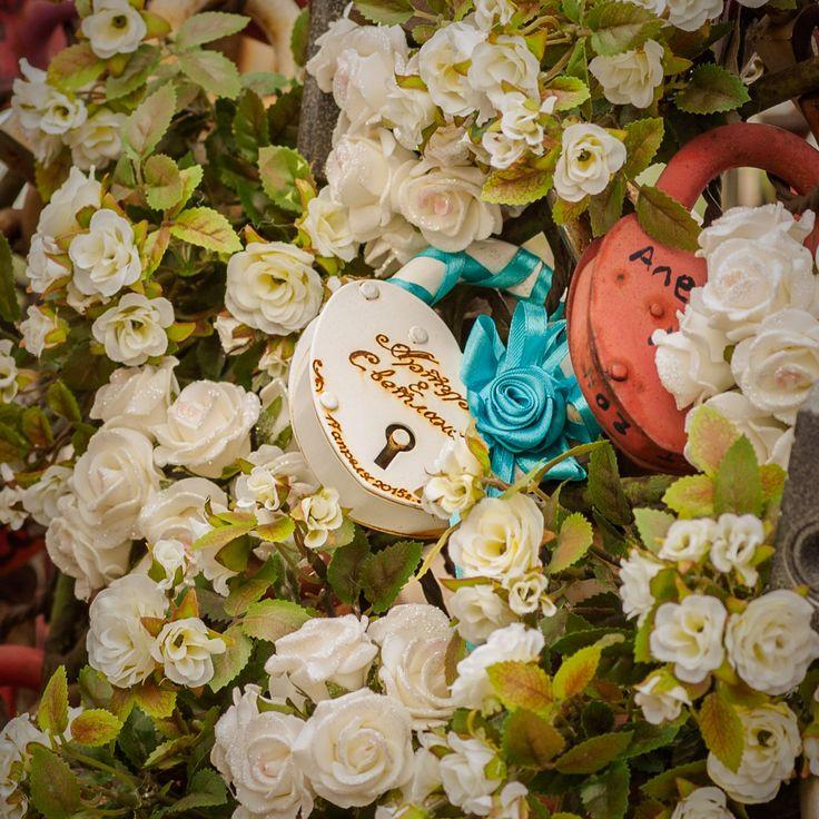 Еще одна приятная, ставшая уже традиционной, форма  демонстрации прочности супружеского союза - «замок любви»! А знаете ли вы, что эта традиция пришла из Флоренции, где юноши и девушки стали вешать «замки любви» на памятник скульптору Бенвенуто Челлини, на знаменитом мосту Понте Веккьо, а ключики выбрасывать в реку Арно. Фото и стиль Лиза Эшва. Роза кустовая, розочки с напылением «FloraViola». «#FloraViola #flowers #decoration #идеядекора #art #оформлениеискусственнымицветами…
