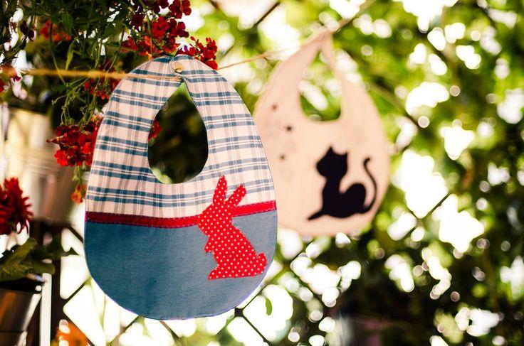 Bavaglino handmade con coniglietto su sfondo azzurro : Moda bebè di unpuntodopolaltro