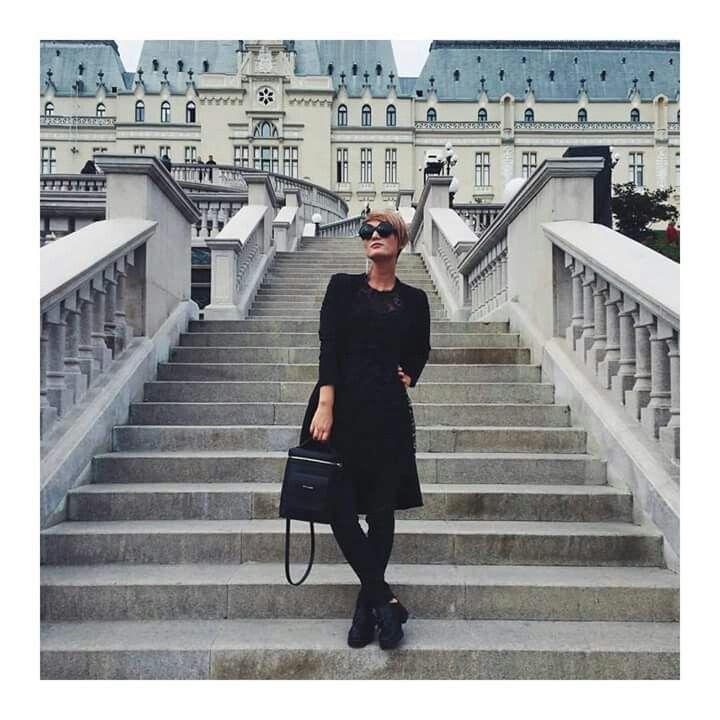 Ținutele all black fac furori printre fashioniste, iar un astfel de outfit a fost adoptat și de draga noastră Carmen Negoita. La Iași, ea a strălucit într-o rochie midi, neagră, la care a asortat un rucsac superb, din colecția YVY BAGS by Carmen Negoiță.  Descoperă noi poșete, pe www.yvybags.ro. #loveYVYBags #leatherhandbags #YVYBagsfactory #loveourjob #clutch #fashion