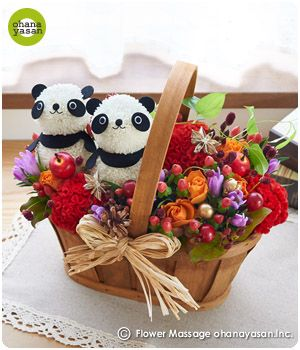 キュート!ピンポンマム(菊の花)で出来たパンダのフラワーアレンジメント。Cute! Animal dolls made with chrysanthemums.