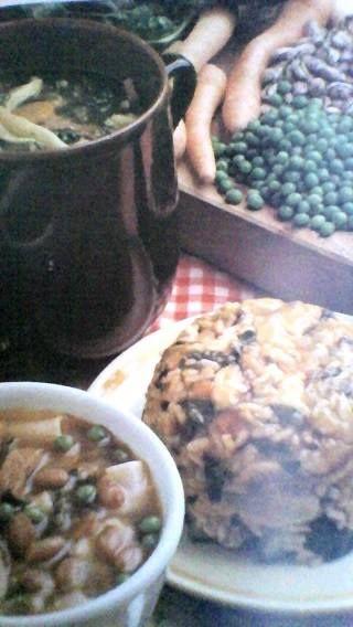 LOMBARDIA * MINESTRONE   Ingredienti: 2 litri di acqua e 2 dadi da brodo, 500 gr di patate, 200 gr di carote, 2-3 gambi di sedano, 1 cipolla media, 1 porro, 1 zucchina, 1 cucchiaio colmo di concentrato di pomodoro, 1 scatola di fagioli borlotti, 1 scatola di piselli, 200 gr di cavolo, o erbette, prezzemolo , aglio, e basilico tritati250 gr circa di riso o di pasta corta, grana padano grattuggiato pepe appena macinato.  Mettete in una pentola l'acqua tagliate le verdure a pezzetti. lavate e…