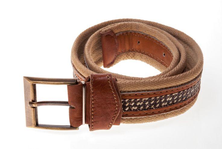 Cinturón para hombre elaborado en cuero y caña flecha. Disponible en color miel