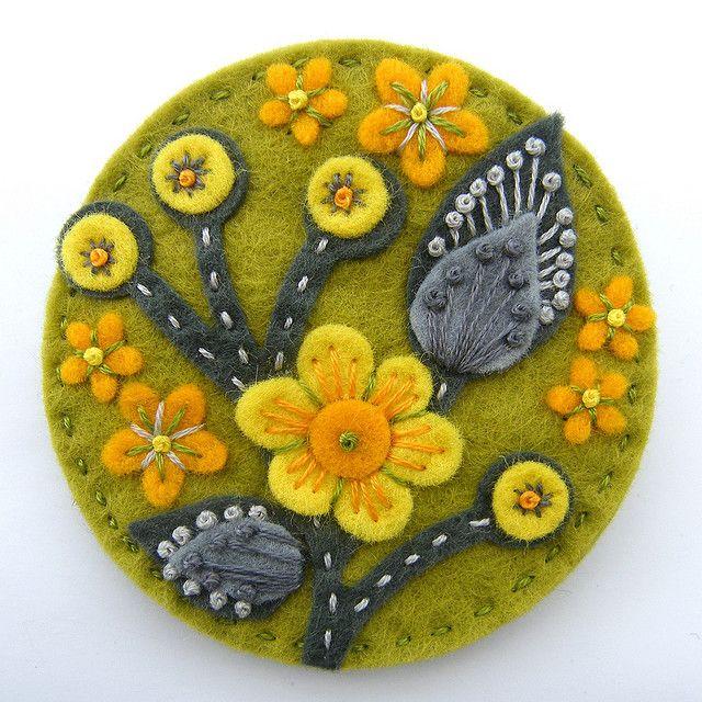 Broche de fieltro verde con flores