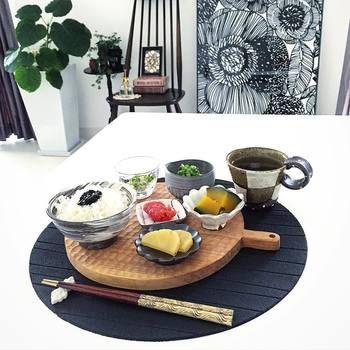 こちらでは小沢賢一さんのカッティングボードを和ンプレートに。温かみのある手彫りは調理器具として使うだけではもったいない素敵な雰囲気です。