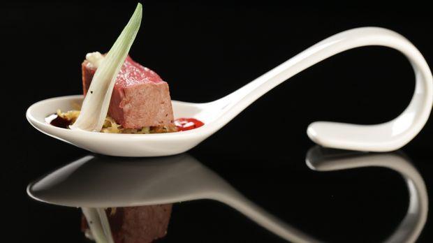 Rehrückenfilet mit orientalischem Spitzkohl, Pflaumenmus und Rotweinjus - The Taste - Sat.1