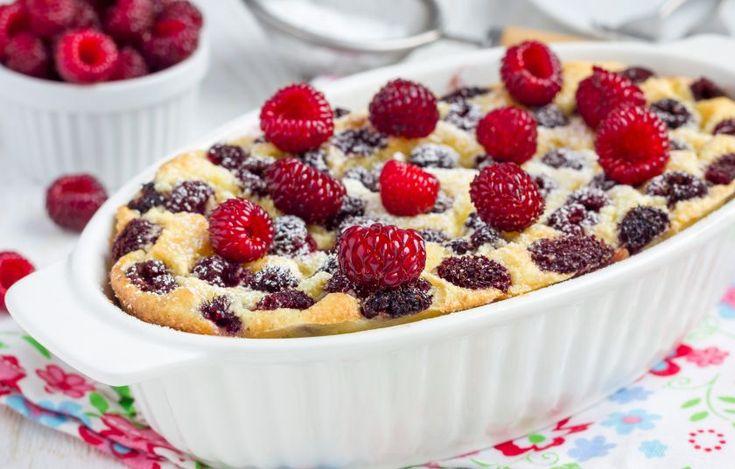 Το περίφημο γαλλικό επιδόρπιο, το κλαφουτί, κάτι ανάμεσα σε τάρτα και σε κέικ, αποκτά γεμάτη και μεστή γεύση με την προσθήκη σιμιγδαλιού και υπέροχο άρωμα και χρώμα με τα φρούτα της εποχής!