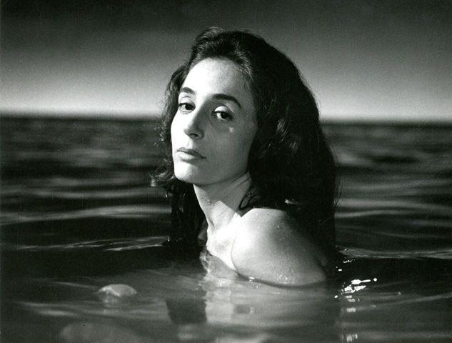Κορυφαία ηθοποιός του θεάτρου και του κινηματογράφου. Γεννήθηκε στις 13 Απριλίου του 1926 στα Βίλια Αττικής. Το πραγματικό της όνομα ήταν Έλλη Λούκου. Πατέρας της ήταν ο Κώστας Λούκος, ιδιοκτήτης ταβέρνας, και μητέρα της η Αναστασία Σταμάτη. Ο παππούς της, γνωστός ως Καπετάν-Σταμάτης, είχε πολεμήσει στο πλευρό του Κολοκοτρώνη, κατά την επανάσταση του 1821.