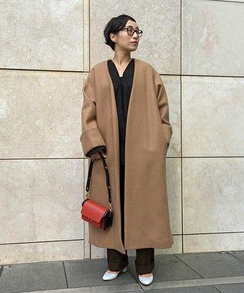 この冬は女性らしさ・リラックス感のある着こなしが気になります。ルームウェアにガウンを羽織っているような、でも十分お出かけ着になるような、そんなスタイルをイメージしました。オーバーすぎるくらいのサイズ感が特徴のガウンコートですが、身長153cmの私にも自然と馴染んでいます。首元がすっきりとしたVネックシャツとヒールの靴で女性らしさを演出。この冬のお気に入りのスタイルです!