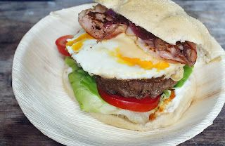 Gewoon wat een studentje 's avonds eet: Zelfgemaakte hamburgers op een Italiaanse bol met tomaat, sla, gebakken ei, bacon, kaas en ui