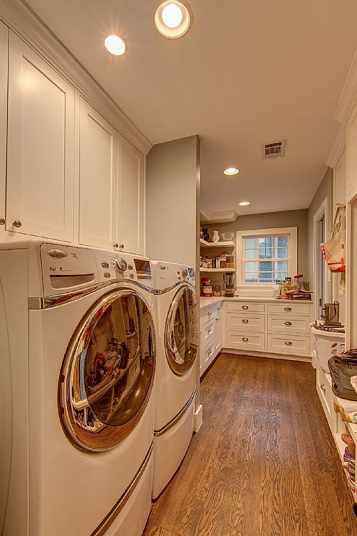 Austin house rental - Walk-in butler's pantry with full size washer & dryer