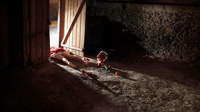 実は残酷なグリム童話の悲劇のヒロインのダークサイドを描いた写真作品 : ギズモード・ジャパン
