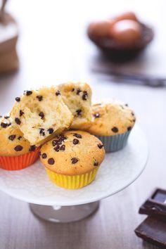 Soffici #muffin con gocce di cioccolato. Ecco la nostra versione! #Giallozafferano #recipe #ricetta