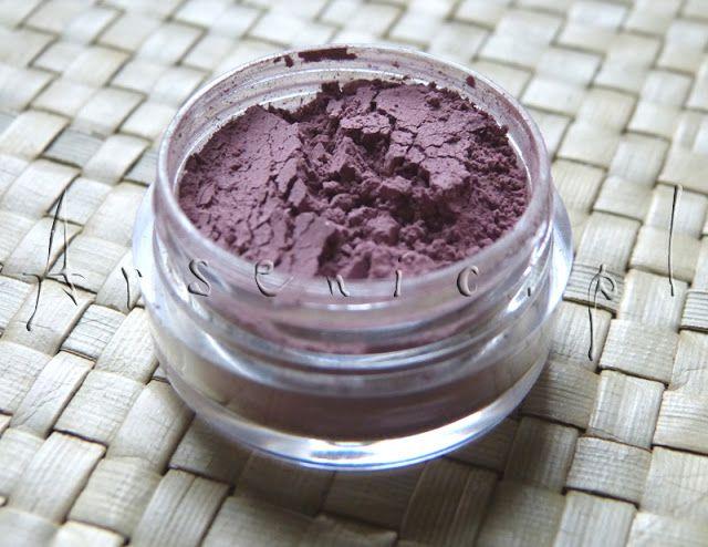 Przepis na róż mineralny Soft Mauve: http://arsenicmakeup.blogspot.com/2012/11/synny-juz-soft-mauve-w-roli-rozu.html