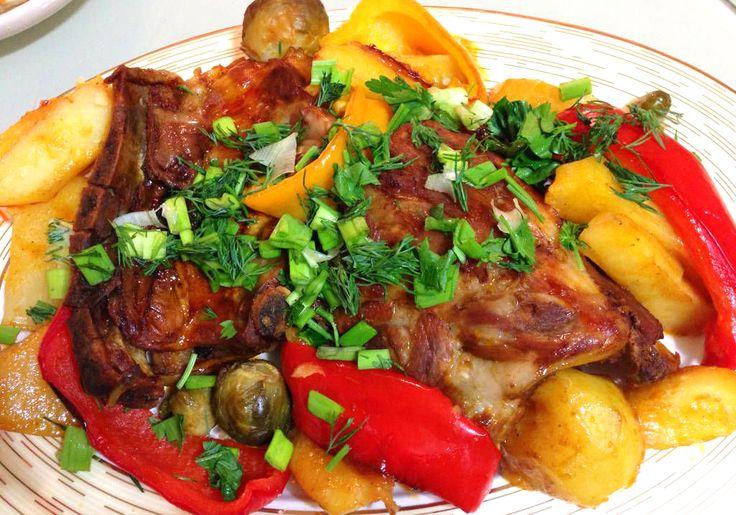 Ребрышки в томатном соусе запеченные с овощами