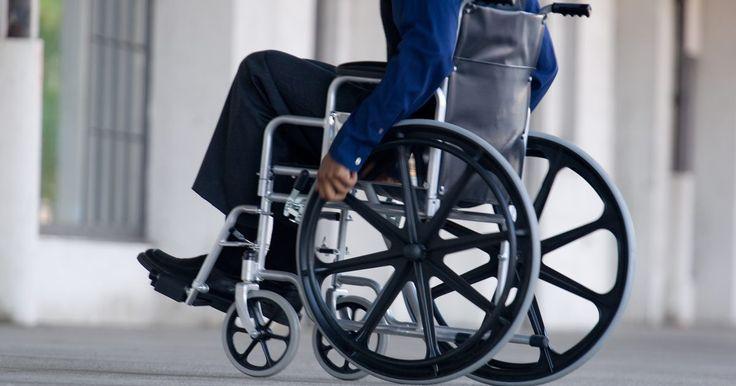 """Como consertar uma cadeira de rodas com defeito. A Pride Mobility, fabricante das """"Jazzy power chairs"""" (cadeira de rodas motorizada), é uma empresa conhecida pela alta qualidade dos seus produtos. Os donos dessas cadeiras devem lembrar que a energia eletromagnética pode causar interferência no sistema de controle. Não utilize telefones, celulares e rádios de banda cidadã (CB - Citizen Band) ..."""