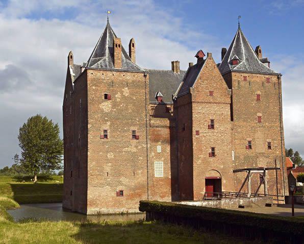 Onverwacht leuk:stoer kasteel met goede interactieve  rondleiding. En natuurlijk met DE boekenkist. Je weet wel,  die waaruit Hugo de Groot is ontsnapt *Juni 2013*