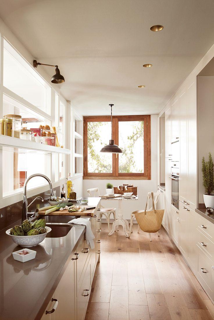 Cocina con suelo de parquet, mobiliario beige, office y pared de cristal_336137_14