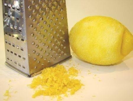 En la masa es necesario poner la cáscara rallada de medio limón.