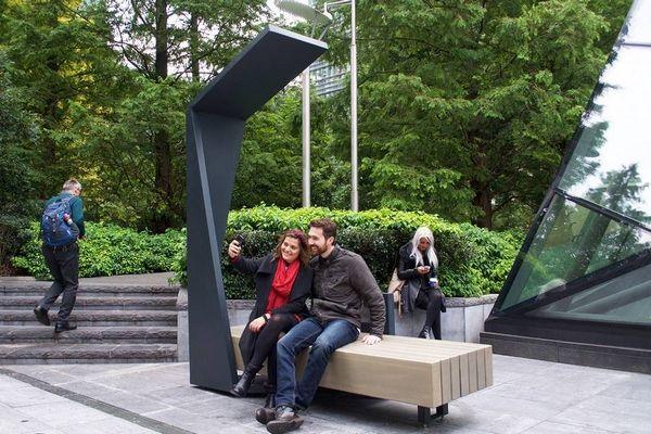 Strawberry Smart Bench : des bancs publics solaires au cœur de Londres