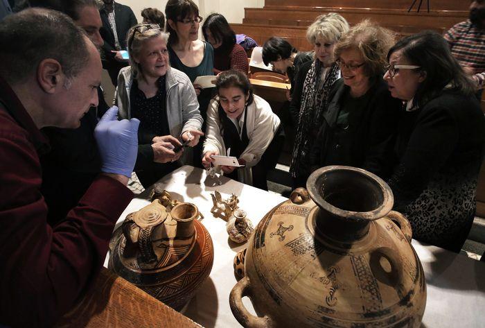 Με ιδιαίτερη συγκίνηση και θαυμασμό αποκαλύφθηκαν για πρώτη φορά σήμερα στο Εθνικό Αρχαιολογικό Μουσείο, τα 33 αρχαία αντικείμενα και τα 600 νομίσματα που κατασχέθηκαν πρόσφατα σε χέρια αρχαιοκαπήλων