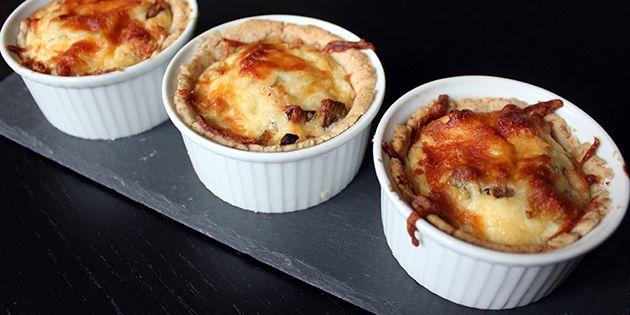 De små tærter med kylling kan serveres i glasset eller vendes ud.