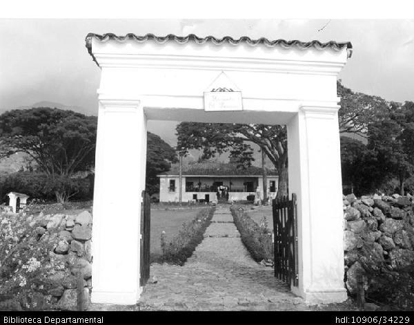 ◦Entrada principal de la Hacienda El paraiso en el corregimiento de Santa Elena. Se observa al fondo la Casa de la Sierra y el busto al autor vallecaucano Jorge Isaacs. El Cerrito,1989
