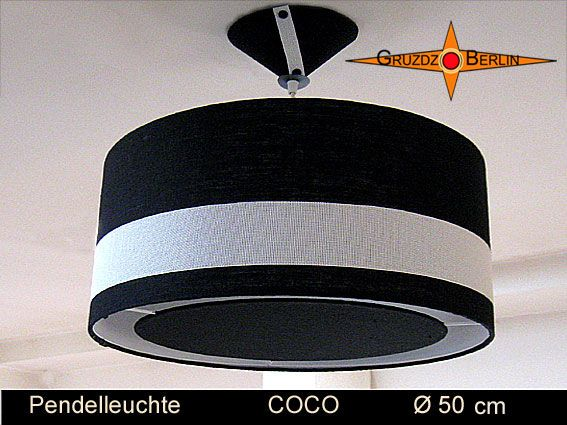 Loungeleuchte COCO Ø 50 cm, Pendellampe mit Lichtrand und Baldachin, Klassik Schwarz. Klassik in Schwarz- Weiss mit plastischer Eleganz durch aufgesetztes Gitternetzgewebe: Die Pendelleuchte COCO mit passendem Baldachin und Diffusor ist ein Hingucker und gibt jedem Raum eine elegante Verspieltheit durch schöne Details. Der Lichtrand, der schwarze Leinen- Diffuser und die zwei schwarzen Knöpfe setzen besondere Akzente.