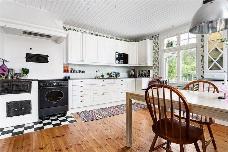 Smakfullt rustad villa från början på 1900-talet med den gamla charmen väl bevarad. Vedspis i köket och lantlig vit köksinredning från Ballingslöv.